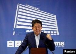 일본 참의원 선거에서 집권 자민당 승리를 이끈 다음날인 7월 21일 아베 신조 일본 총리가 기자회견을 열고 있다.