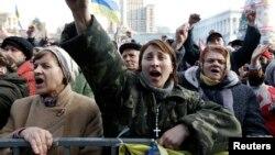 2014年2月21日在烏克蘭首都基輔的獨立廣場前,人們聽取演講並向演講人士高喊歡呼。