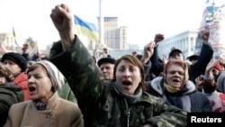 2014年2月21日在乌克兰首都基辅的独立广场前,人们听取演讲并向演讲人士高喊欢呼。