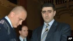 Հունգարիայի ոստիկանության ծառայողը (ձախից) բացում է Ադրբեջանի բանակի սպա, լեյտենանտ Ռամիլ Սաֆարովի ձեռնաշղթաները: Սաֆարովը Հայաստանից իր դասընկերոջը ՆԱՏՕ-ի դասընթացների ժամանակ սպանելու համար 2006 թվականի ապրիլի 13-ին Բուդապեշտի քաղաքային դատարանի կողմից դատապարտվել է ցմահ բանտարկության