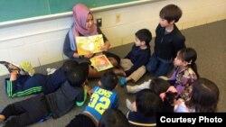 Wita Salim saat mengajar di kelas bahasa yang diselenggarakan oleh organisasi Rumah Indonesia (dok: Rumah Indonesia)