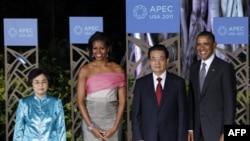 Tổng thống Hoa Kỳ Barack Obama và phu nhân Michelle chào đón Chủ tịch Trung Quốc Hồ Cẩm Ðào và phu nhân tại Honolulu, Hawaii, ngày 12/11/2011