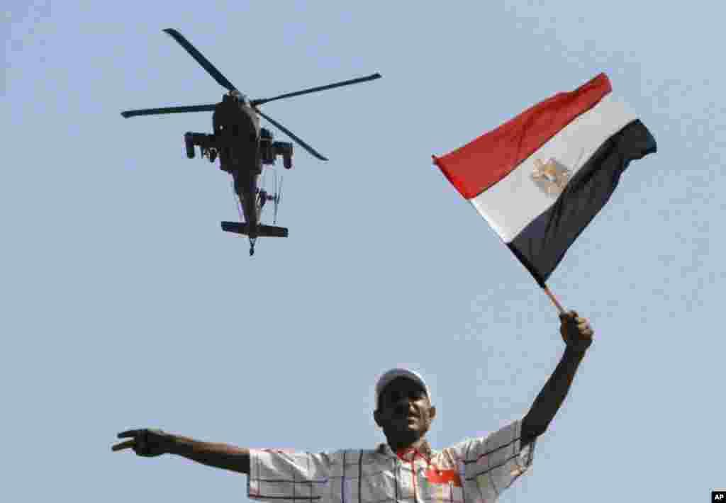 2일 이집트 정부군 헬리콥터가 반정부 시위가 일고 있는 카이로의 타흐리르 광장 상공을 날고 있다.