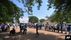 Cử tri xếp hàng bỏ phiếu tại một địa điểm bầu cử ở Gaberone, Botswana, ngày 24/10/2014.