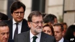 El presidente del gobierno español Mariano Rajoy sale del parlamento tras recibir un voto de no confianza el viernes, 1 de junio, de 2018.