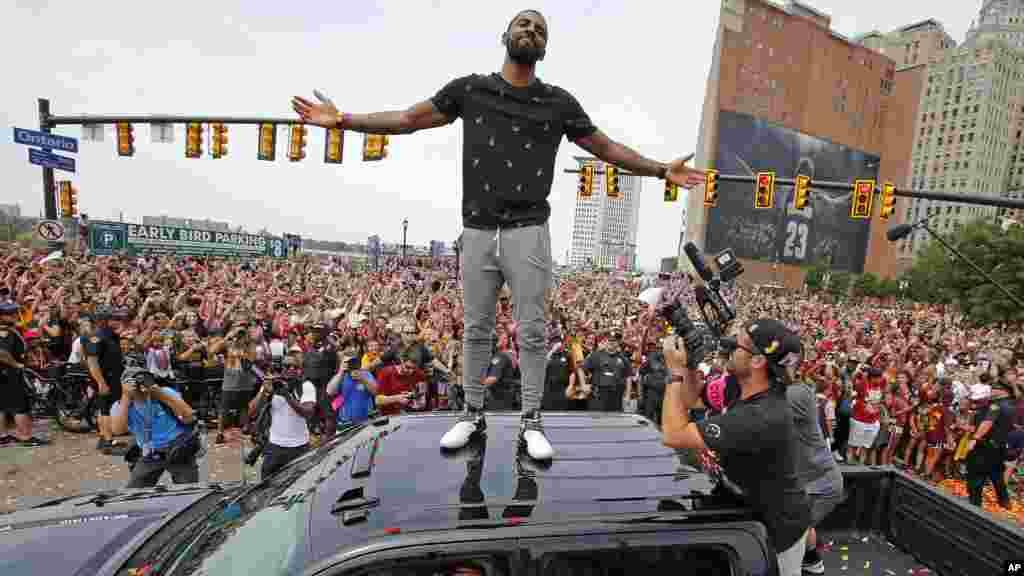 Kyrie Irving juchés sur une voiture, lors du défilé dans le centre d'Ohio, le 22 juin 2016.