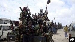 Wapiganaji wa Al-Shabab wakionesha silaha zao wakiwa wanafanya mazowezi yao kaskazini ya Mogadishu