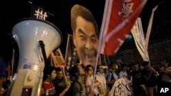 Protes mahasiswa di Hong Kong yang menghadirkan foto karikatur Kepala Eksekutif Leung Chun-ying. (Foto: Dok)