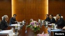 Utusan Perdamaian PBB-Liga Arab untuk Suriah, Lakhdar Brahimi (kiri) bertemu dengan menteri Luar Negeri Tiongkok Yang Jiechi (kanan) di Beijing (31/10).