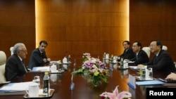 2012년 10월 31일 베이징에서 열린 회담에 참여한 라크다르 브라히미 유엔-아랍연맹 시리아 특사(왼쪽)와 양제츠 중국 외교부장(오른쪽).