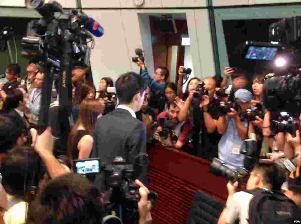 香港立法会10月26日上演惊人政治大戏(美国之音海彦拍摄)