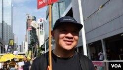 曾經參與八九民運絕食的周先生去年移居香港,今年首次參與六四遊行。(美國之音湯惠芸攝)
