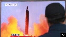 Seorang warga di stasiun kereta api Seoul, Korea Selatan, menonton siaran berita yang menunjukkan peluncuran misil oleh Korea Utara. (Foto: Dok)