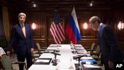 L'Américain John Kerry (g.) et le Russe Sergueï Lavrov (d.) à Vienne, le 23 octobre 2015. (Carlo Allegri/Pool Photo via AP)
