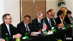 Menteri Pertahanan AS Leon Panetta (kedua dari kiri) duduk di antara delegasi Amerika di Bali (23/10). Panetta bertolak ke Jepang setelah pertemuan dengan sejumlah menteri pertahanan ASEAN di Bali.