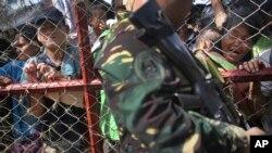 Người sống sót mệt mỏi và tuyệt vọng đứng xếp hàng chờ được di tản bằng máy bay C-130 tại thành phố Tacloban, tỉnh Leyte, miền trung Philippines, ngày 14/11/2013.