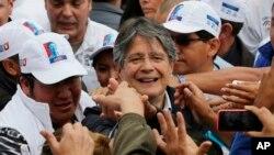 Guillermo Lasso, candidato presidencial por el partido Creando Oportunidades (CREO), saluda a sus partidarios antes de un evento de campaña en Quito, Ecuador, el miércoles, 15 de febrero de 2017.