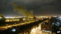 Khói bốc lên từ Bộ Thương mại Iraq ở Baghdad sau khi bị trúng tên lửa trong 1 cuộc tấn công do Mỹ dẫn đầu, 20/3/2003