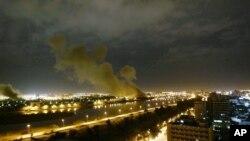 Iračko ministarstvo trgovine u Bagdadu pogodjeno u američkom bombardovanju 20. marta 2003.