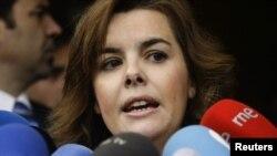 La vicepresidenta española habló con los medios a las puertas del Tesoro
