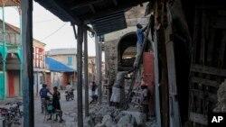 Para pekerja mengerjakan bangunan yang rusak di Jeremie, Haiti, Rabu, 18 Agustus 2021, empat hari setelah kota itu diguncang gempa berkekuatan 7,2 SR. (Foto AP/Matias Delacroix)