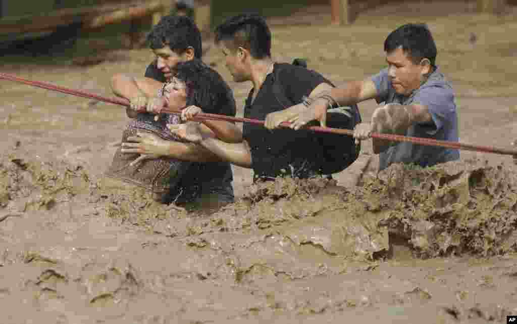 گرفتار شدن گروهی از مردم در سیلاب در پرو