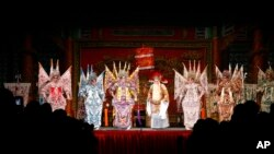 资料照:香港九龙区西九大戏棚上演的一出粤剧。(2012年1月20日)
