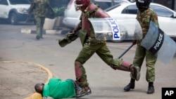 Polisi Kenya menendang seorang demonstran oposisi yang tergeletak di jalan (foto: dok).