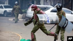 Askari wa Kenya wa kuzuia fujo wakiwadhibiti waandamanaji.