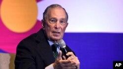 El candidato presidencial democráta, Michael Bloomberg, habla con los defensores del control de armas y las víctimas de la violencia armada en Aurora, Colorado, el jueves 5 de diciembre de 2019.
