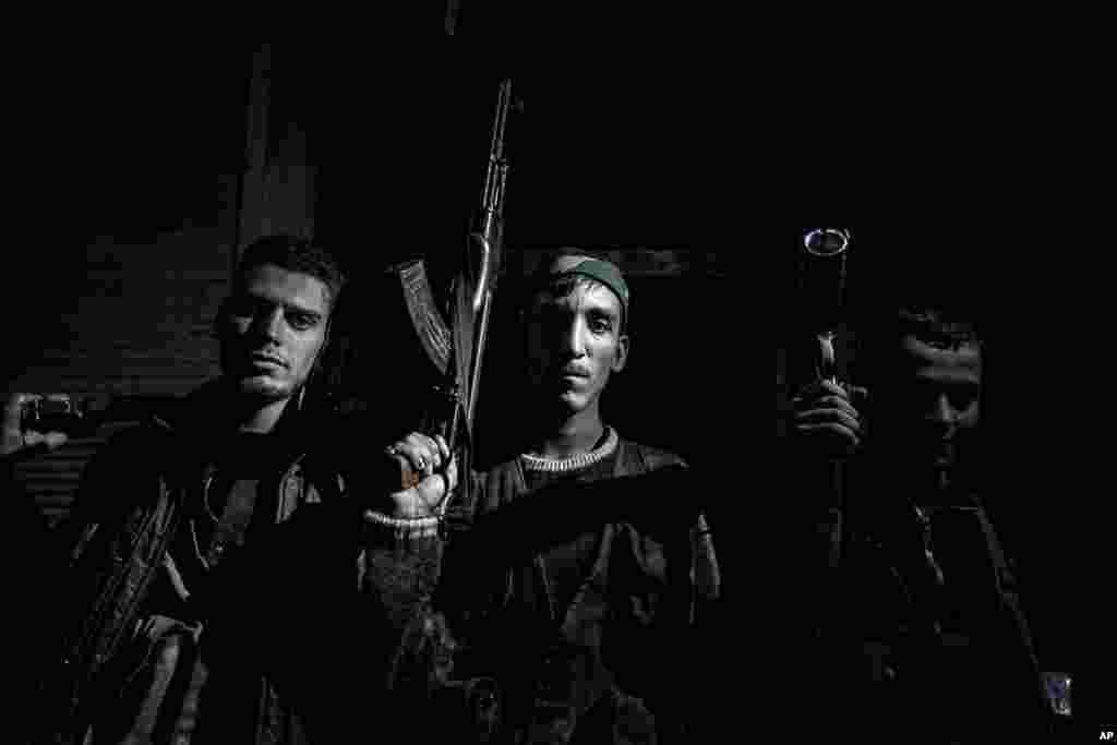 Rebeldes de la unidad Liwa Al Tawhid posan para el fotógrafo.