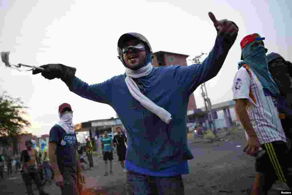 Anti-government demonstrators shout during a protest at a barricade in San Cristobal, Venezuela, Feb. 27, 2014.