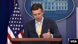 Phát ngôn viên Tòa Bạch Ốc Josh Earnest nói rằng chương trình kiểm tra dành cho người Syria đòi hỏi 'sự kiểm tra gay gắt và tường tận nhất cho bất cứ ai định nhập cảnh Hoa Kỳ'