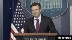 白宫发言人欧内斯特在简报会上 ( 视图截屏)