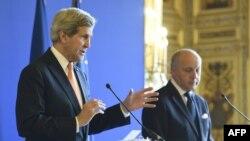 ABD Dışişleri Bakanı John Kerry ve Fransa Dışişleri Bakanı Laurent Fabius (sağda)