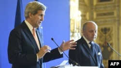 French Foreign Affairs Minister Laurent Fabius (R) and US Secretary of State John Kerry speaks about efforts to secure a nuclear deal with Iran ahead of a March 31 deadline. (AFP PHOTO /ERIC FEFERBERG)
