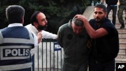 بخشی از اخراج و تعلیق شدگان از نیروهای نظامی یا دستگاه قضایی هستند که به طور سنتی علیه اردوغان به شمار می روند.
