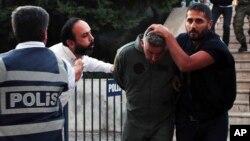 지난해 7월 터키 경찰이 쿠데타에 연루된 혐의를 받은 전직 군인들을 법정으로 이송하고 있다. (자료사진)