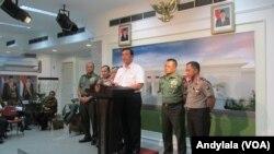 Menkopolhukam Luhut Binsar Panjaitan memastikan aparat keamanan dan intelijen Indonesia tidak kecolongan di kantor Presiden, Jakarta, Kamis 14 Januari 2016 (Foto: VOA/Andylala)