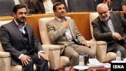 Menteri Tenaga Kerja Iran, Mortazavi Saeed (kiri) bersama Presiden Mahmoud Ahmadinejad (foto: dok). Ahmadinejad mengecam langkah parlemen memakzulkan Menaker Mortazavi.
