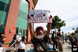 ស្ត្រីម្នាក់កាន់បដាដែលនិយាយសំដៅដល់ក្រុម Antifa នៅពេលធ្វើបាតុកម្មទាក់ទងនឹងការស្លាប់របស់លោក George Floyd នៅក្នុងក្រុង Los Angeles កាលពីថ្ងៃទី១ ខែមិថុនា ឆ្នាំ២០២០។