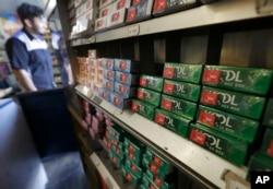 Esta foto del 17 de mayo de 2018 muestra paquetes de cigarrillos mentolados Kool que se muestran con otros productos de tabaco en Ted's Market en San Francisco.