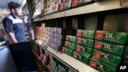 ARHIVA - Paklice mentol cigareta Cool na polici sa drugim proizvodima u prodavnici Teds Market u San Francisku.