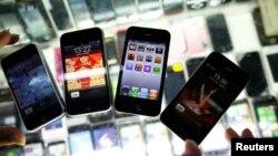 iPhone palsu di sebuah kios ponsel di Shanghai, China.