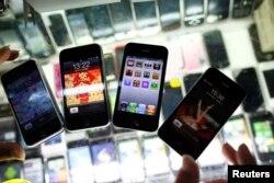 上海一个手机摊位上假冒的 iPhone(2011年8月11日)