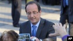 Trước công chúng, ông Hollande là một chính trị gia chuyên nghiệp với cung cách mềm mỏng