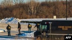 Para agen dari Biro Alkohol, Tembakau, Senjata Api, dan Peledak mencari barang bukti di parkiran Klinik Allina setelah penembakan yang melukai lima orang di Buffalo, Minnesota, Selasa, 9 Februari 2021.