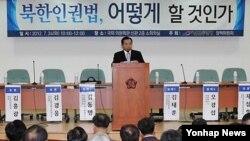 지난달 24일 국회에서 열린 `북한인권법 어떻게 할 것인가' 토론회에서 발언하는 선진통일당 이인제 대표.