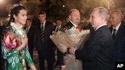Islom Karimov, Vladimir Putin Toshkentdagi xalqaro aeroportda. 4-iyun, 2012-yil.