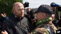 Người đứng đầu nhóm giám sát viên quân sự nước ngoài, Đại tá Đức Axel Schneider, trái, sau khi được thả ở Slovyansk, miền đông Ukraine, 3/5/2014